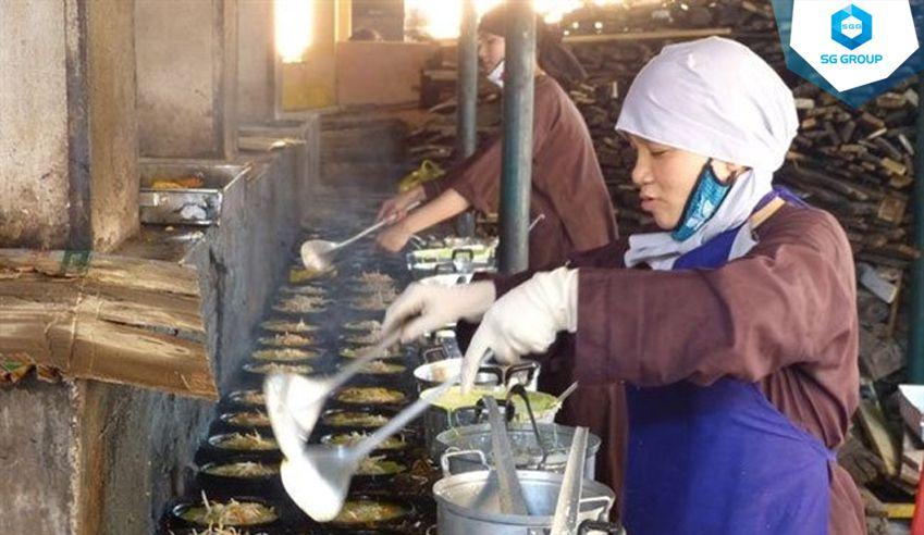 Ghé chùa lễ Phật và thưởng thức món bánh xèo chay nức tiếng