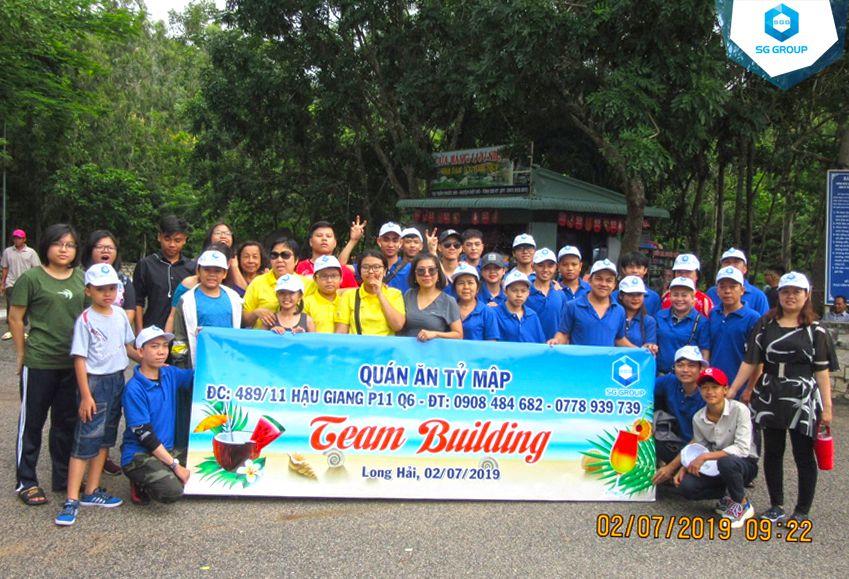 Quán ăn Tỷ Mập chụp hình lưu niệm tại núi Minh Đạm