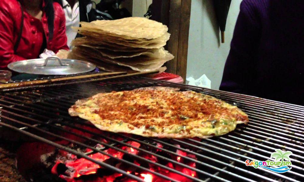 """""""Pizza Đà Lạt"""" là cái tên quen thuộc của giới trẻ Đà Lạt hay gọi món bánh tráng nướng này,dây là một món ẩm thực đường phố thu hút du khách."""