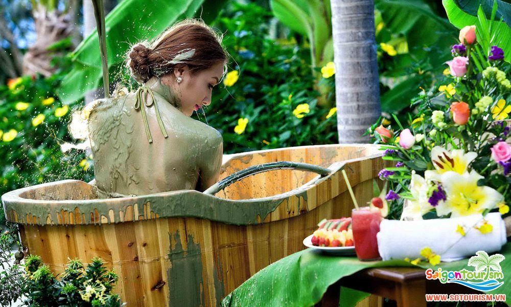 Tắm bùn khoáng được xem là một điều không thể bỏ qua khi đến Nha Trang