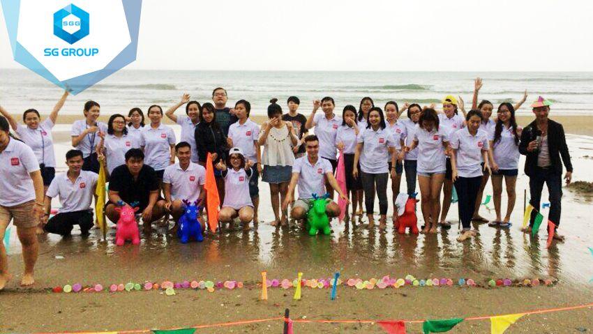 Đoàn VNNgaynay chụp hình lưu niệm tại bãi biển Phan Thiết