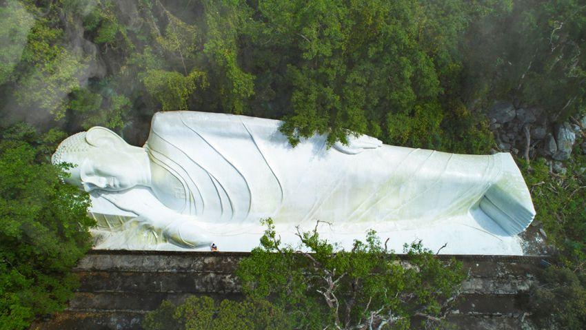 Tượng Phật Thích Ca nhập Niết Bàn dài 49m cạnh Hang Tổ