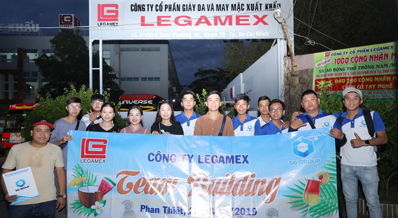 Đội ngũ nhân viên Saigontourism trong tour Phan Thiết cùng Legamex